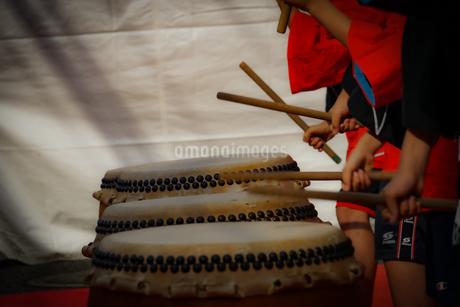 和太鼓を叩く子供のイメージの写真素材 [FYI04116630]