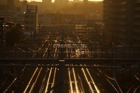 夕暮れの街並みと線路のイメージの写真素材 [FYI04116675]