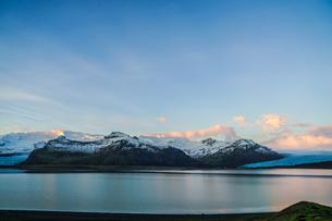 アイスランド・フィヤトルスアゥルロゥン湖と雪山の写真素材 [FYI04116678]