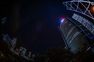 香港特別行政区の高層ビル群の夜景の写真素材 [FYI04116683]