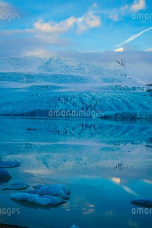 アイスランド・フィヤトルスアゥルロゥン氷河湖の写真素材 [FYI04116698]