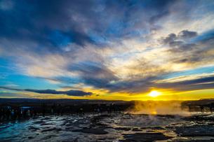 ゲイシール間欠泉と朝焼け(アイスランド)の写真素材 [FYI04116707]