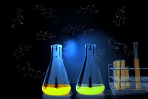 分子構造と青い光に包まれた試験管とフラスコ。実験、開発、試験、検査イメージの写真素材 [FYI04116937]