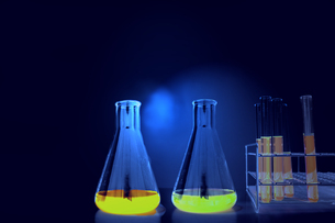 試験管とフラスコの背景用素材。実験、開発、試験、検査イメージの写真素材 [FYI04116947]