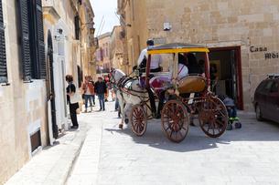 観光馬車が通る古都イムディーナの写真素材 [FYI04116951]