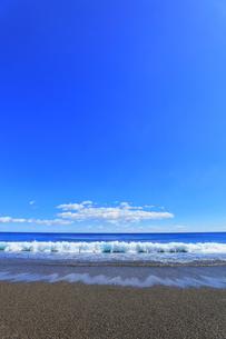 浜辺に寄せる波の写真素材 [FYI04117003]