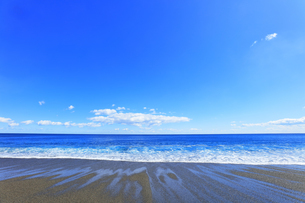 浜辺に寄せる波の写真素材 [FYI04117004]