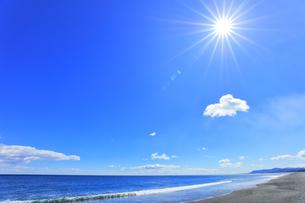 海と空に太陽の写真素材 [FYI04117006]