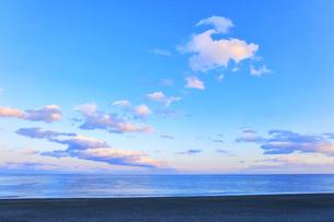 夕焼け雲と海の写真素材 [FYI04117007]