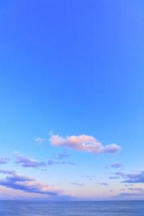夕焼け雲と海の写真素材 [FYI04117008]