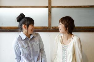笑っている女性2人の写真素材 [FYI04117482]