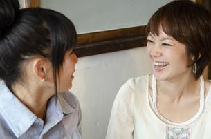 笑っている女性2人の写真素材 [FYI04117490]