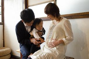 お腹を指さしている男の子と両親の写真素材 [FYI04117510]