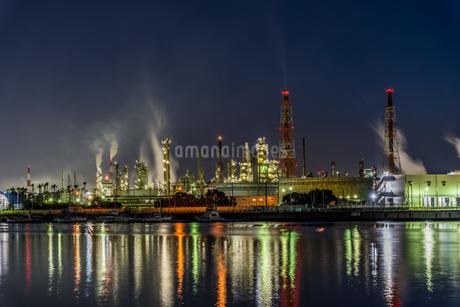 石津漁港から見た工場夜景と水面に反射する光の写真素材 [FYI04117668]