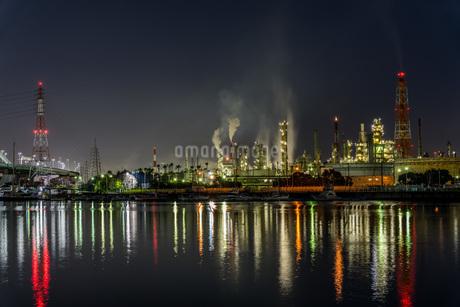 石津漁港からみた工場夜景の写真素材 [FYI04117669]