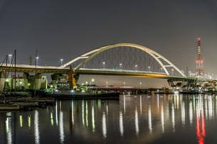 新浜寺大橋の明かりが水面を飾るの写真素材 [FYI04117670]