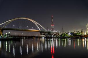 新浜寺大橋の明かりが水面を飾るの写真素材 [FYI04117671]