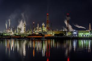 石津漁港から見た工場夜景と水面に反射する光の写真素材 [FYI04117672]