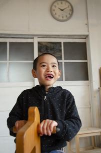 木馬に乗って遊んでいる男の子の写真素材 [FYI04117722]