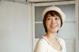ベレー帽をかぶって笑っている女性の写真素材 [FYI04117730]