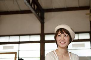 ベレー帽をかぶっている女性の写真素材 [FYI04117731]