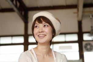 ベレー帽をかぶって笑っている女性の写真素材 [FYI04117750]