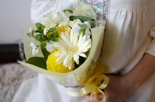 花束を持っている女性の写真素材 [FYI04117753]