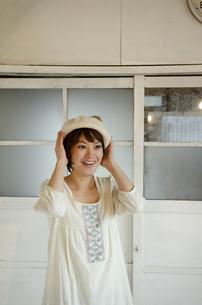 ベレー帽をかぶっている女性の写真素材 [FYI04117756]