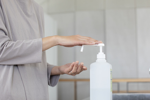 手の消毒をする女性の手元の写真素材 [FYI04117774]