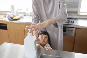手の消毒をする親子の写真素材 [FYI04117779]