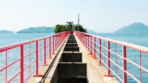 瀬戸内海に浮かぶ子供の守り神様とされる津嶋神社,の祭礼時にのみ架かる橋の写真素材 [FYI04117787]