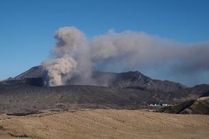 噴煙をあげる阿蘇噴火口の写真素材 [FYI04117870]