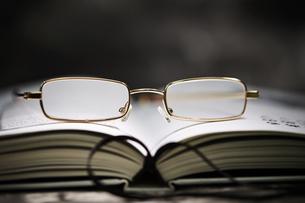 老眼鏡の写真素材 [FYI04117879]