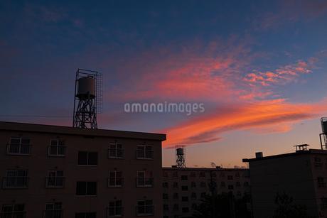 夕焼け空とシルエットの写真素材 [FYI04117889]