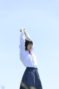 伸びをする女子学生の写真素材 [FYI04117951]