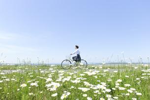 自転車に乗る女子学生の写真素材 [FYI04117962]