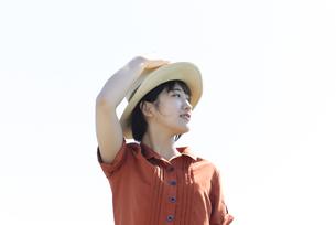 佇む帽子の女性の写真素材 [FYI04117981]