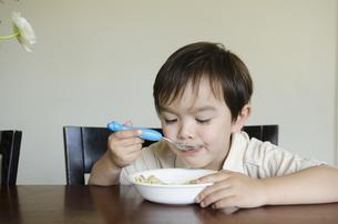 自分でご飯を食べている男の子の写真素材 [FYI04118025]