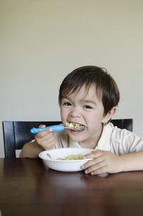 自分でご飯を食べている男の子の写真素材 [FYI04118048]