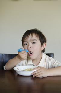テーブルでご飯を食べている男の子の写真素材 [FYI04118068]