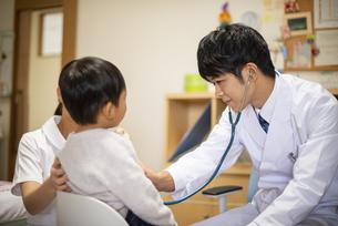 聴診器をあてる医師の写真素材 [FYI04118088]