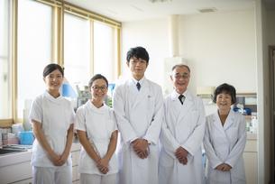 笑顔の医師と看護師の写真素材 [FYI04118107]
