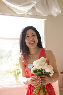 花束を持って笑っている女性の写真素材 [FYI04118135]
