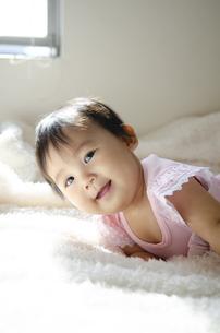 ベッドで笑っている赤ちゃんの写真素材 [FYI04118307]