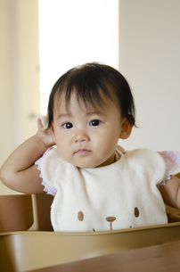 くまのスタイをつけて座っている赤ちゃんの写真素材 [FYI04118315]