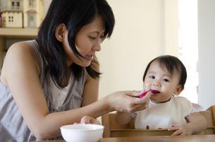 離乳食を食べている赤ちゃんの写真素材 [FYI04118316]