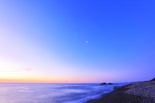 夜明けの海と空に月の写真素材 [FYI04118370]
