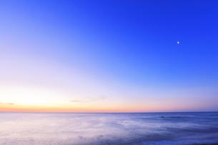 夜明けの海と空に月の写真素材 [FYI04118371]