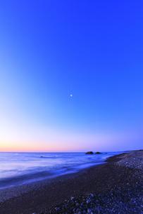 夜明けの海と空に月の写真素材 [FYI04118372]