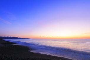 夜明けの海の写真素材 [FYI04118373]